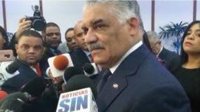 Canciller Vargas Maldonado mientras era abordado por los periodistas.