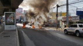 Los manifestantes quemaron gomas en la avenida Hermanas Mirabal.
