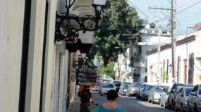 En la foto los faroles que alumbran la zona casi estan a oscura por robo de los alambre eléctrico/foto: José de León