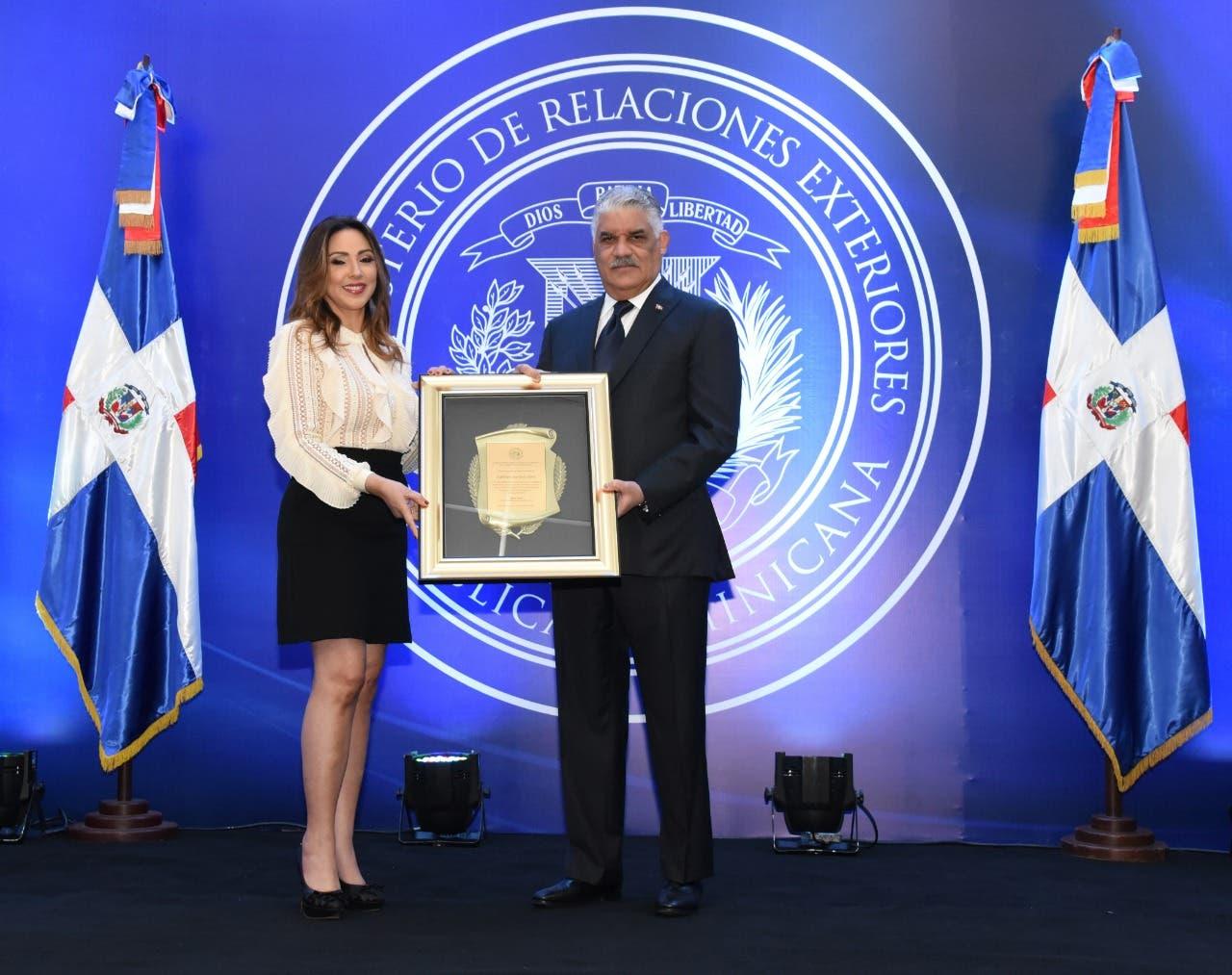 Ministerio de Relaciones Exteriores reconoce a arqueóloga dominicana Kathleen Martínez
