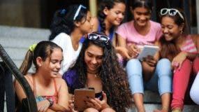 Algo tan cotidiano como conectarse a internet desde el teléfono es posible en Cuba (si puedes pagarlo) desde hace solo unas semanas.