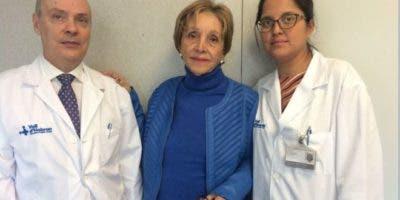 María José del Valle, en el centro, ha sido operada de cáncer de páncreas con radiofrecuencia en Barcelona.