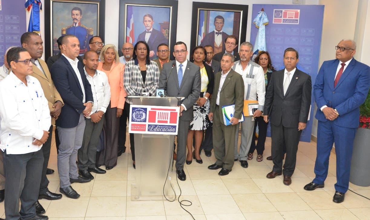Xiomara  Guante y el ministro Andrés Navarro junto a personalidades que los acompañaron.