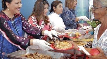 La vicepresidenta sirvió alimentos a los presentes.