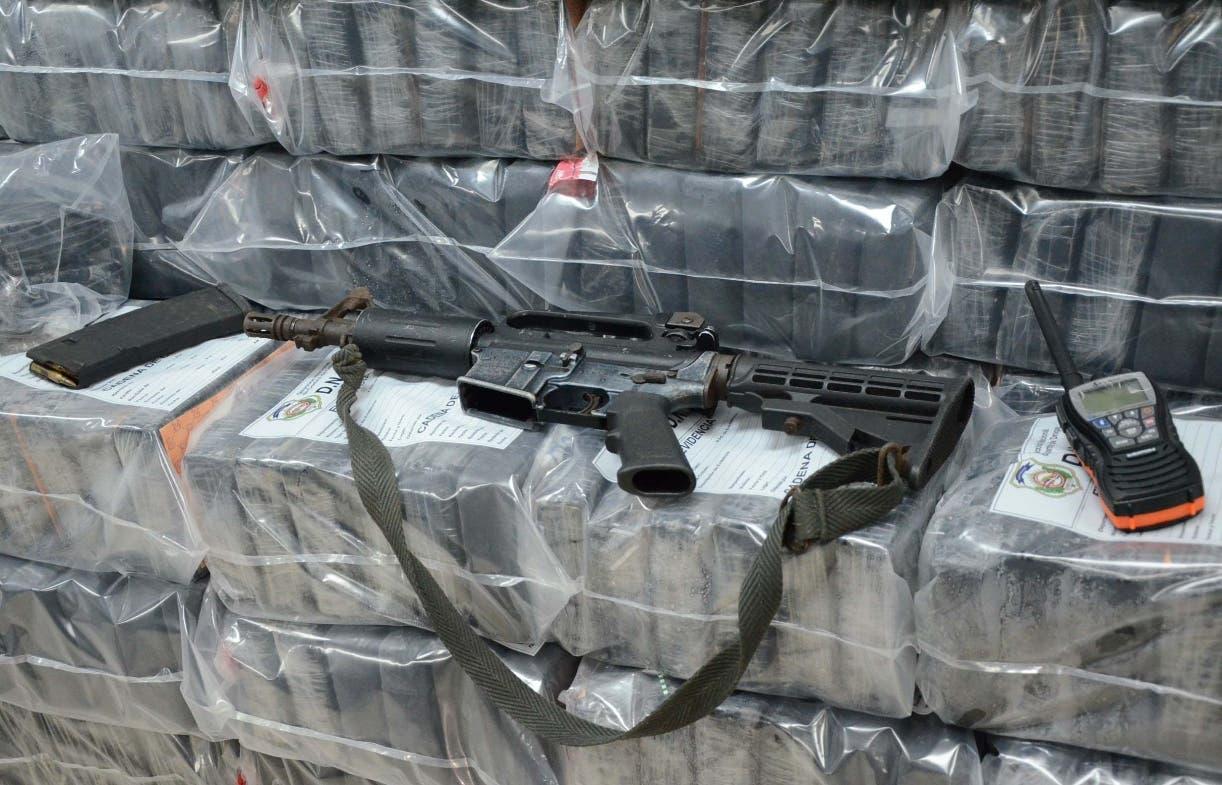 Parte del alijo y fusil M-16   ocupados la madrugada del martes  en La Altagracia. José de León
