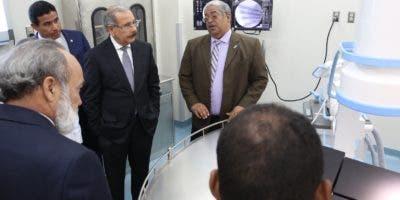 El presidente Medina recibe explicaciones sobre el hospital Alejandro Cabral.  fuente externa