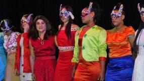 La magistrada Adalgisa Castillo junto a una parte de las jóvenes  que  recién fueron certificadas en  diseño de modas ,  modelaje  y otras disciplinas . ELIESER TAPIA