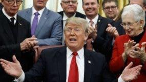 El presidente Donald Trump pide fondos para un muro.