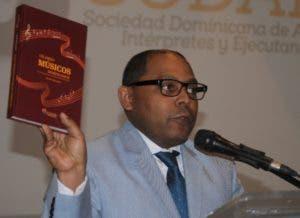 El periodista Fausto Polanco mientras se dirigía al público.