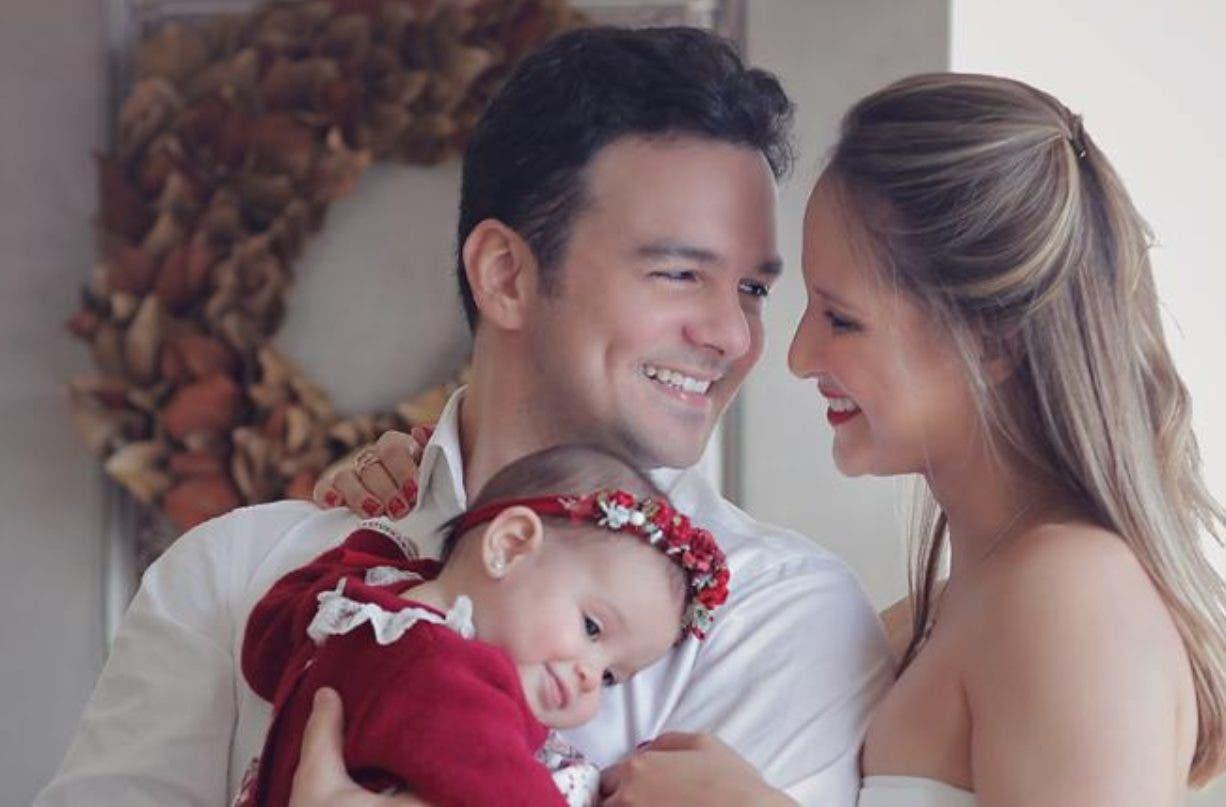Issa Gadala, junto a su esposa e hija, celebrando la Navidad en familia.