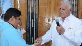 Rafael Bisonó entregó las llaves de la parroquia al padre  Roberto Solano.  Nicolás Monegro