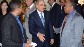 Danilo Medina saluda periodistas en el Palacio.  José de León