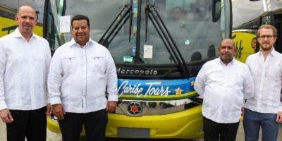 Ejecutivos de Caribe Tours en presentación de autobuses.