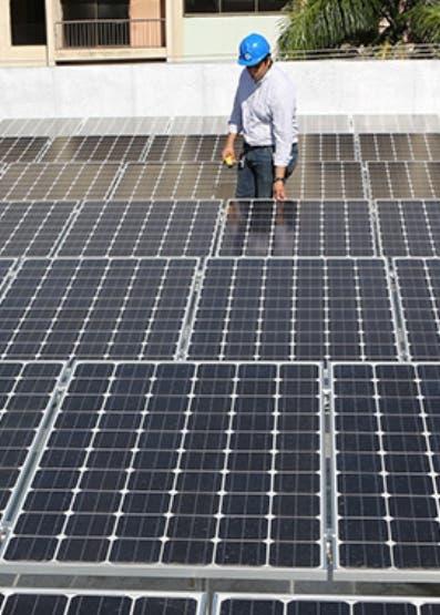 Paneles solares instalados en los parqueos del Banco.