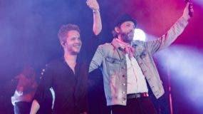 Vicente García y Juan Luis Guerra saludan al público entusiasmados por el éxito de su concierto.  fuente externa.