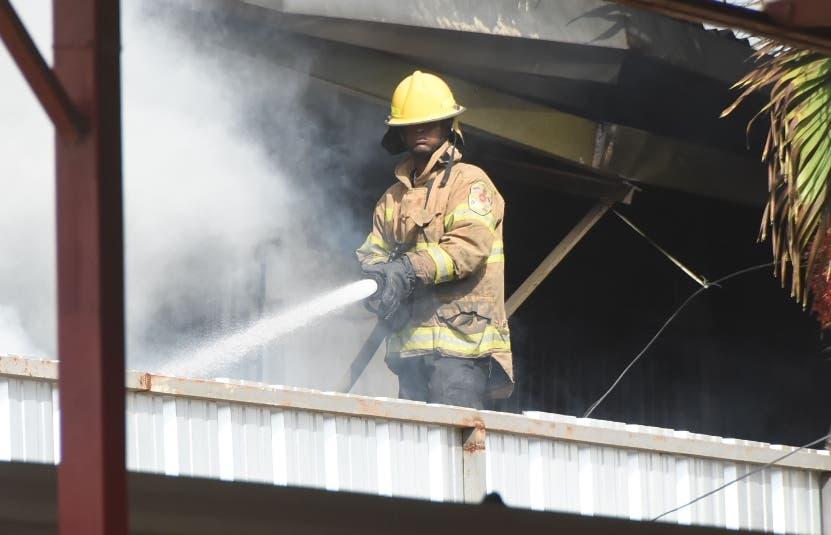 Ayer en   la mañana  bomberos seguían trabajando.  Alberto Calvo