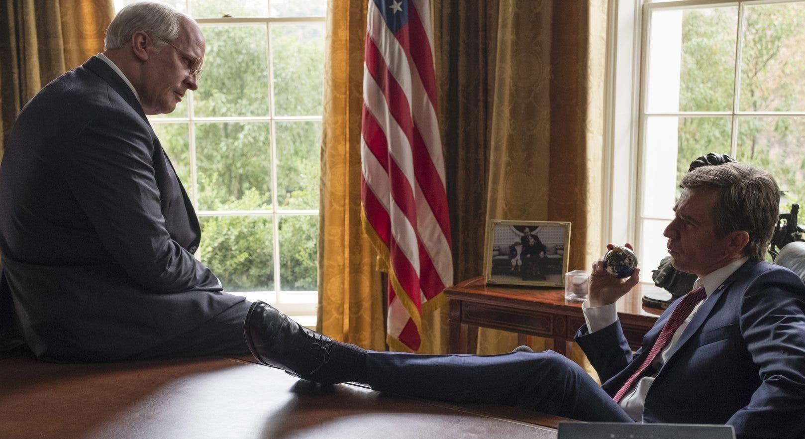 """Los actores Christian Bale, como  Dick Cheney, izquierda, y  Sam Rockwell, como  George W. Bush en   """"Vice"""".  ap"""