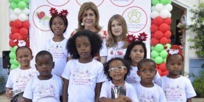 Mary Carmen Hazoury y Jeanne Fondeur juntos con los niños intervenidos.