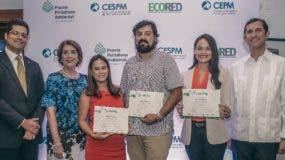 Lilian Tejeda, Mariela Mejía y Marvin del Cid, ganadores del premio junto a los ejecutivos de CEPM y ECORED.
