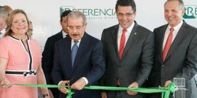 El presidente Danilo Medina tuvo a su cargo el corte de la cinta inaugural. A su lado  Patricia León,  David Collado y José Ramón Peralta.FUENTE EXTERNA