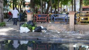 """A parte de que los filtrantes están obstruidos, la basura """"adorna"""" las aceras José de León"""