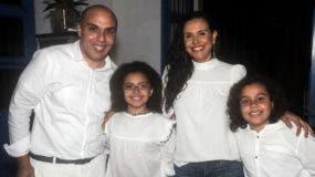 Kelvin Naar junto a su esposa Rosa Molina y sus hijos   Mía y Khalil.