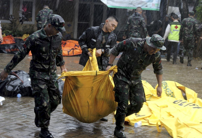 Los equipos de emergencia tratan de encontrar víctimas de la tragedia natural.