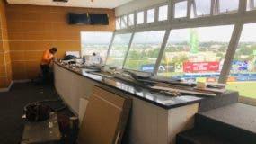 Los obreros están dando los toques finales a la reconstrucción del palco de prensa del estadio Quisqueya .