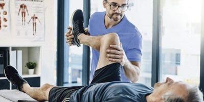 Este proceso debe ser realizado por un médico especializado en rehabilitación y supervisado por el equipo de terapistas del centro de salud.
