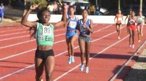Marianita Pérez, del este,  cruza la meta ganando oro en 800 metros durante el atletismo Juegos Nacionales.  Alberto calvo