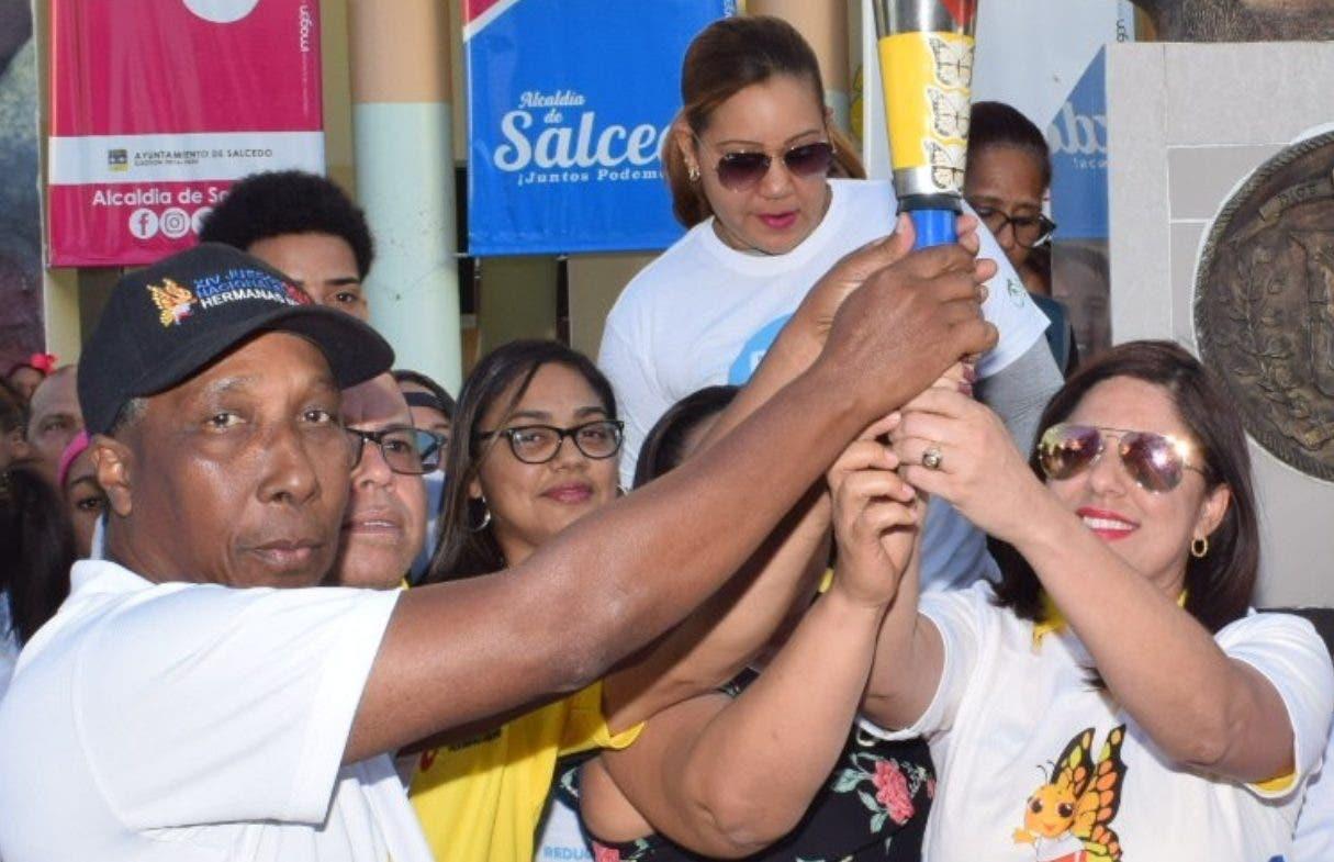 Luis Colpo   entrega la  antorcha a la alcaldesa de Salcedo Mercedes Ortiz.  fuente externa