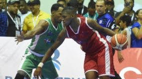 Pedro Ariel Martínez avanza con el balón ante la defensa de un rival, en el partido por la medalla de oro.  Alberto Calvo.