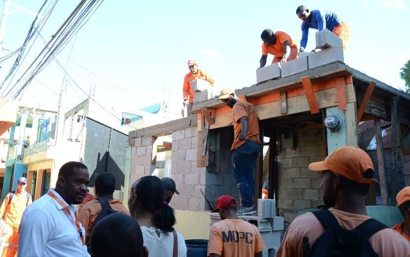 Obreros   trabajan para levantar sector.     JOSÉ DE LEÓN