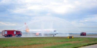 Como es  tradición,  aeronave  recibe el  saludo de agua  cuando  aterrizó en suelo cubano.