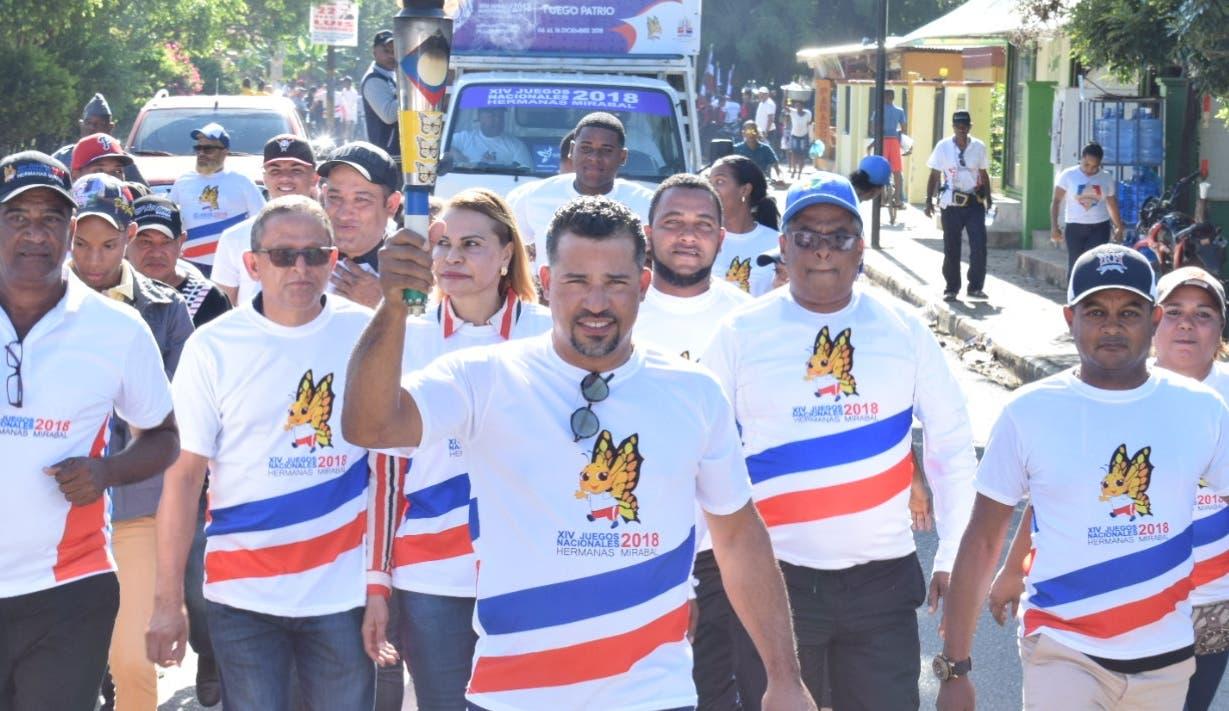 Rafael Furcal porta la antorcha con el Fuego Patrio a su llegada a la ciudad de Dajabón.