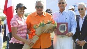 Luis Mejía Oviedo es reconocido con la dedicatoria del torneo.
