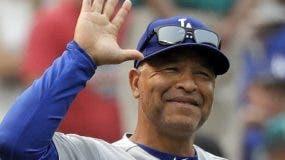 Dave Roberts seguirá como timonel de los Dodgers.  ap