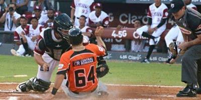 Al igual que la acción de esa jugada está de apretada la vuelta regular del torneo de béisbol.