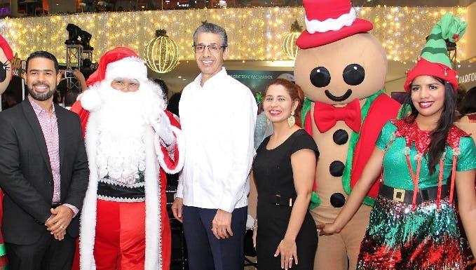 Roberto Caraballo, Luis Fernando Enciso, Carmen Páez y los personajes de la Navidad.