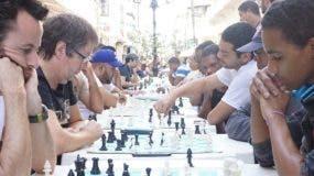 Ajedrecistas en plena acción en torneo de la Zona Colonial.