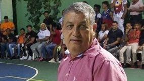 Gustavo Sánchez hace saque.