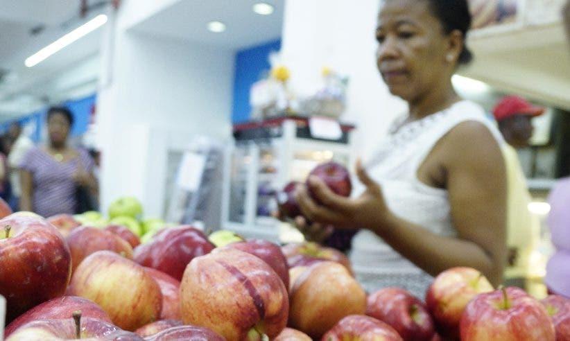 Compradora observa las frutas de esta temporada .  Elieser Tapia