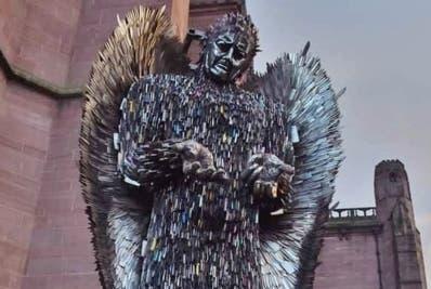 Hombre fabrica estatua con más 100 mil cuchillos