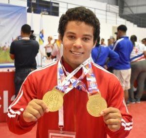 El pesista Luis García muestra las medallas obtenidas.