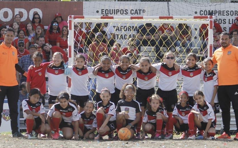 El equipo campeón femenino celebra  la corona.