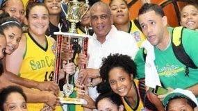 Roberto Ramírez entrega la copa a las campeonas.