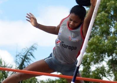 Alejandrina Mota ejecuta un salto en el evento.