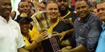Varios dirigentes del club Pueblo Nuevo reciben el trofeo.
