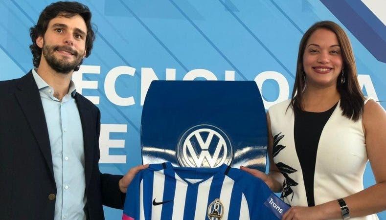 José  Prida recibe uniforme  de Volkswagen .  fuente externa