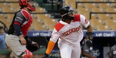 Miguel Gómez realiza un swing durante el partido entre Escogido y Gigantes.